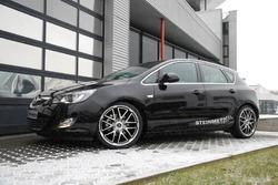 Обвес на Opel Astra J Хэтчбек (дорестайлинг) от компании Steinmetz с комплектом дисков R19 в стиле ST7